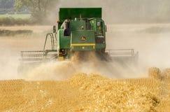 I raccolti moderni di taglio della mietitrebbiatrice di John Deere Immagine Stock