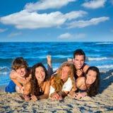 I ragazzi e le ragazze raggruppano divertiresi sulla spiaggia Fotografia Stock