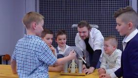 I ragazzi esamina la macchina del wimshurst in laboratorio stock footage