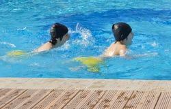 I ragazzi felici sono nella piscina Fotografia Stock Libera da Diritti