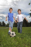 I ragazzi giocano nel calcio Fotografia Stock Libera da Diritti