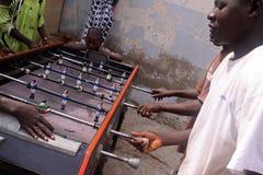 I ragazzi senegalesi giocano Foosball immagine stock libera da diritti