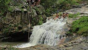 I ragazzi stanno saltando in una cascata, Tailandia stock footage