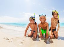 I ragazzi sul mare tirano prima di tuffarsi le maschere dello scuba Immagini Stock Libere da Diritti