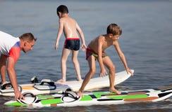 Apprendimento praticare il surfing immagini stock libere da diritti