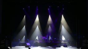 I raggi bianchi alternatamente infiammano in scena nello scuro Fase vuota di concerto video d archivio