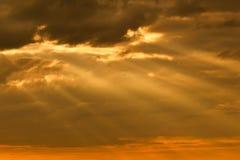 I raggi del sole che attraversano le nuvole Fotografie Stock Libere da Diritti