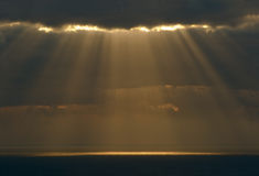 I raggi del sole fanno il loro modo con il bla Immagini Stock