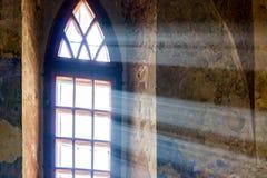 I raggi del sole penetrano attraverso la finestra dell'antico fotografia stock libera da diritti