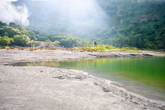 I raggi di luce solare coprono il cratere del vulcano di Tecapa, El Salvador Fotografie Stock
