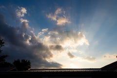 I raggi di sole splendono sopra le nuvole di pioggia durante l'alba nell'Illinois rurale immagini stock