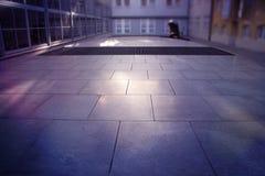 I raggi di Sun hanno colpito il pavimento della città Fotografia Stock