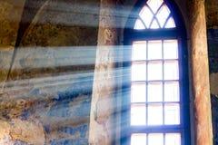 I raggi luminosi del sole penetrano la finestra di vecchio castle_ fotografie stock libere da diritti
