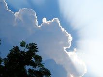 I raggi maestosi del sole penetrano attraverso le nuvole fotografie stock