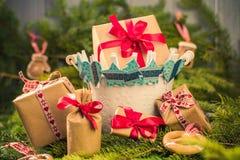 I rami cuciti a mano delle decorazioni dei calzini dei regali di Natale si attillano Fotografia Stock Libera da Diritti