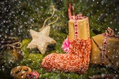 I rami cuciti a mano delle decorazioni dei calzini dei regali di Natale si attillano Fotografie Stock Libere da Diritti