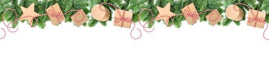 I rami del pino dei contenitori di regalo della decorazione di Natale confinano l'insegna Fotografia Stock Libera da Diritti