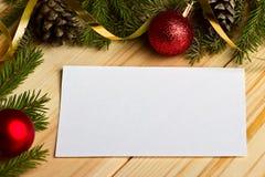 I rami dell'abete rosso e le palle di Natale su un fondo di legno w Fotografie Stock