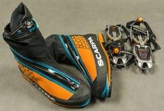 I ramponi automatici della presentazione anneriscono gli stivali Scarpa Phantom Tech di alpinismo e di Diamond Sabretooth Pro Immagini Stock