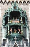 I Rathaus-campanelli di Monaco di Baviera in Marienplatz, Baviera, Germania immagini stock libere da diritti