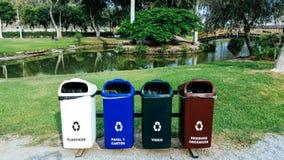 I recipienti colorati differenti per la raccolta di riciclano i materiali Immagine Stock