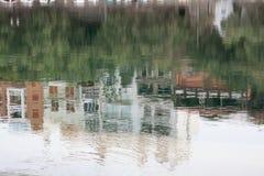 I reflexionen av staden Arkivbild