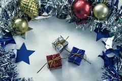 I regali d'annata di Natale hanno tonificato la foto Blu, rosso ed argento ha avvolto i regali di Natale Fotografia Stock