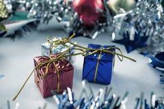 I regali d'annata di Natale hanno tonificato la foto Blu, rosso ed argento ha avvolto i regali di Natale Fotografie Stock
