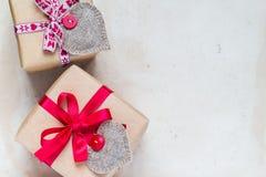 I regali del giorno di biglietti di S. Valentino passano a cuori cuciti la vecchia carta Fotografie Stock Libere da Diritti