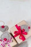 I regali del giorno di biglietti di S. Valentino passano a cuori cuciti la vecchia carta Fotografie Stock