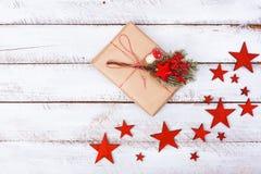 I regali di Natale imballano il piano mettono sulla tavola bianca immagini stock