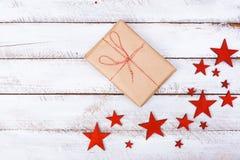I regali di Natale imballano il piano mettono sulla tavola bianca fotografie stock libere da diritti