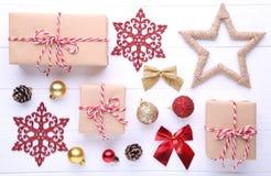 I regali di Natale presenta con le decorazioni su un fondo bianco fotografia stock