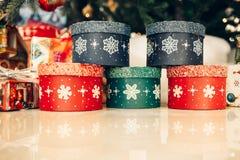 I regali sotto l'albero di Natale accende il fondo Immagini Stock
