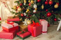 I regali sotto Natale si attillano Immagini Stock Libere da Diritti
