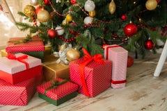 I regali sotto Natale si attillano Fotografie Stock Libere da Diritti