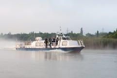I reporter navigano su un battello da diporto sul bacino idrico del NPP di Kursk Fotografie Stock Libere da Diritti