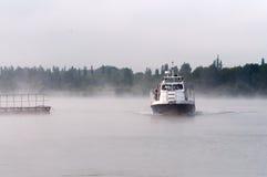 I reporter navigano su un battello da diporto sul bacino idrico del NPP di Kursk Fotografia Stock