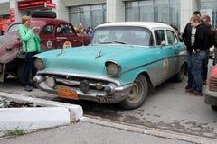 I residenti ispezionano l'automobile Chevrolet 210 Fotografia Stock