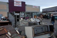 I residui e la mobilia sparpagliano la terra Fotografie Stock Libere da Diritti