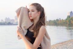 I resti sportivi della donna di forma fisica abbastanza esile dei giovani e si pulisce w Immagine Stock
