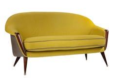 I retro anni sessanta del sofà di stile disegnano il colore antico di giallo della senape fotografie stock