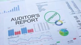 I revisori dei conti riferiscono approvato, mano che timbra la guarnizione sul documento ufficiale, statistiche video d archivio