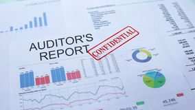 I revisori dei conti riferiscono confidenziale, timbrando la guarnizione sul documento ufficiale, statistiche archivi video