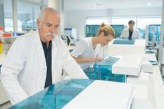 I ricercatori farmaceutici del laboratorio fotografie stock libere da diritti