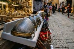 I ricordi di sguardo medievali da turisti a Carcassonne, una città della sommità in Francia, è un sito del patrimonio mondiale de fotografie stock