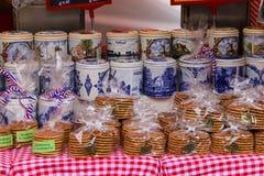 I ricordi tradizionali dell'Olanda alla via comperano sul Grote mA Fotografia Stock Libera da Diritti