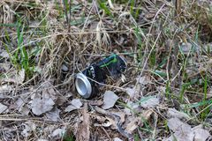 I rifiuti hanno lasciato nel parco dalla gente fotografie stock libere da diritti