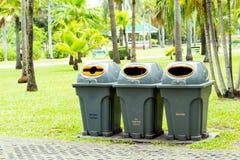 I rifiuti sul pavimento di calcestruzzo immagine stock