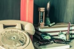 I rifornimenti della cancelleria e del telefono immagine stock libera da diritti